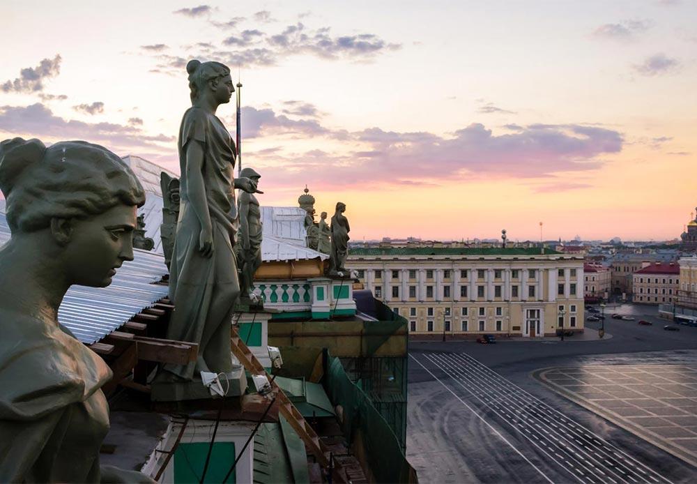 冬宮殿の屋根にある、太陽を歓迎する女性たちの像