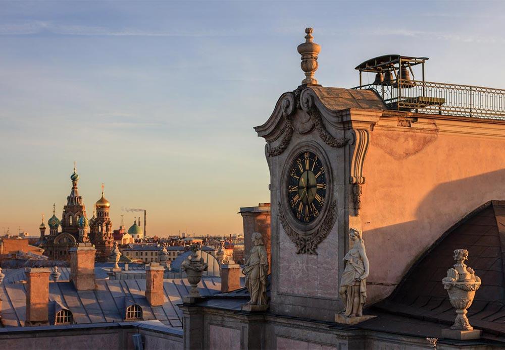 しかし、この都市の建造物、大聖堂、橋梁や通りの中の各地にある石像は、世界の歴史を目の当たりにしてきた。それらの視点から見えた出来事は独特のものだった。
