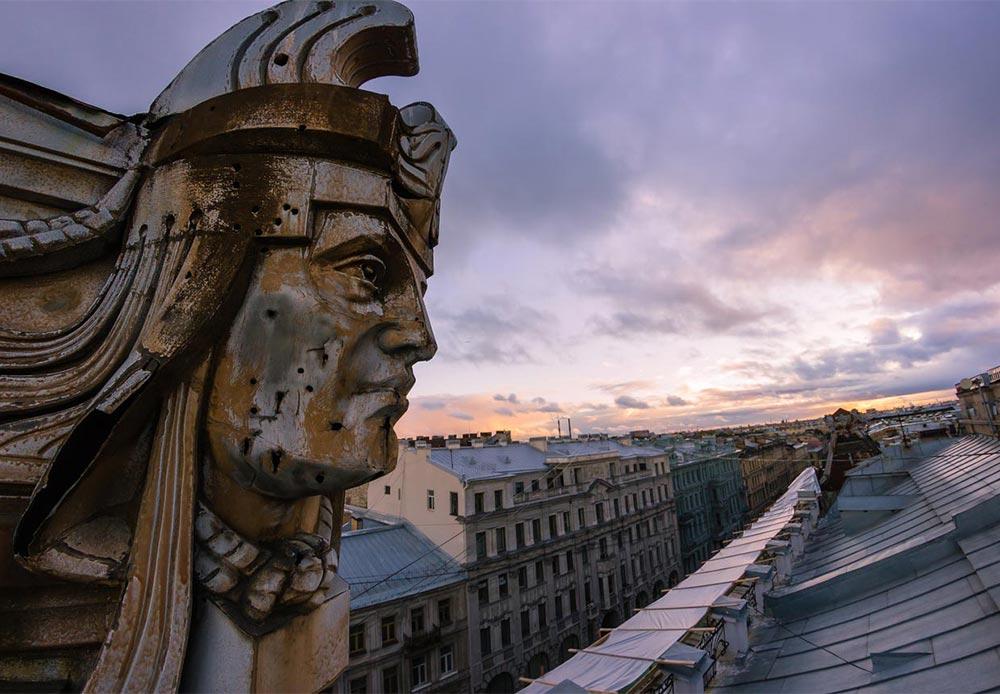 次回サンクトペテルブルクを訪問したら、同じ場所から何世紀にもわたり、数え切れない世代の人々が行き交う通りの様子を静観してきたこれらの石像が、どんな出来事を目撃したのかを想像してみるといいだろう。/ サンクトペテルブルク中心部に位置する一般住宅の石像