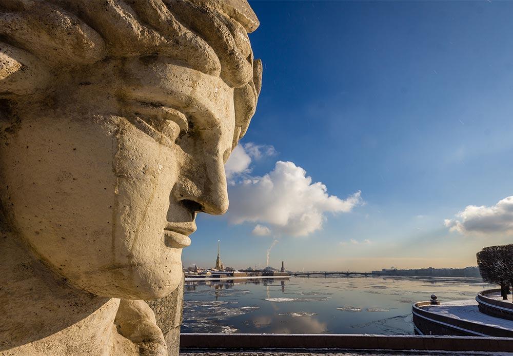 ネヴァ像 (この都市の主な川に因んで名付けられた)。ビルジェバヤ広場 (証券取引所広場) には4本の円柱と4つの彫像があり、それぞれが河川にちなんで名付けられている。