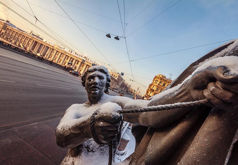 アニチコフ橋の4つの有名な彫像のひとつ。野生の馬と馬使いの彫像が、フォンタンカ運河にかけられたこの橋の四方を飾る。これらの彫像は、徐々に力をつけていくロシアを象徴するものとして、ピョートル・クロートにより制作された。
