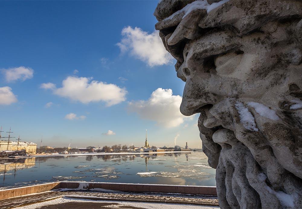 ビルジェバヤ広場の「ドニエプル」の彫像は、ヨーロッパで最大の河川のひとつであるドニエプル川に因んで名付けられた。この川はロシア、ベラルーシとウクライナを流れていく。
