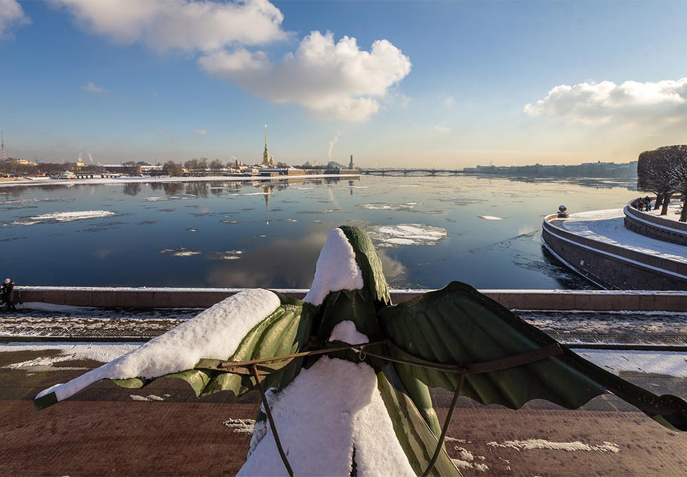 ビルジェバヤ広場の4本の円柱の前には、川にちなんで命名された彫像が4つある。反対側では、円柱は船舶の艇首や人魚の装飾が施されている。羽と魚の尾を持ったこれらの強力な女性は、まっすぐに前方を見つめている。それらの彫像の1つは、ペトロパヴロフスク要塞を2世紀にわたって見つめてきた。