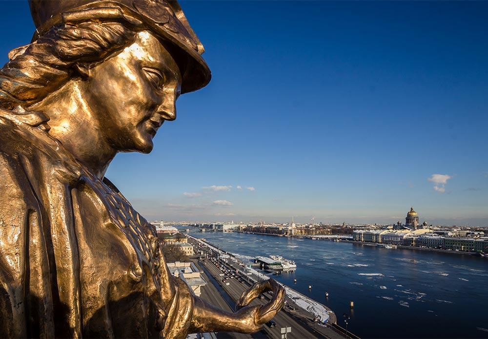 サンクトペテルブルク美術大学の最上部に佇む知恵の女神ミネルヴァ像。この神は芸術と通商の創始者であるとみなされている。