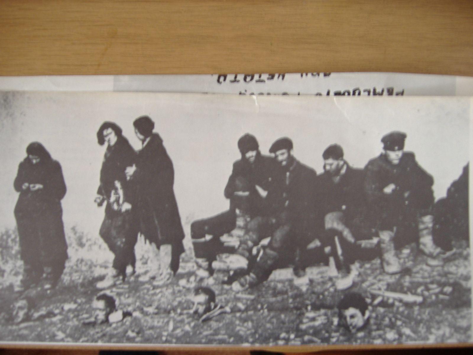 """Партизани от отряд """"Антон Иванов"""" пред разстрел. Отпред са главите на вече разстреляните им другари."""