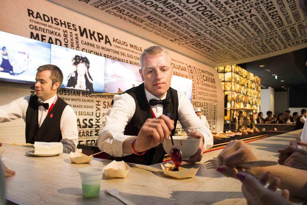 Gli ospiti hanno avuto la possibilità di scoprire e assaggiare i piatti tipici della tradizione russa, come i bliny e il borsh