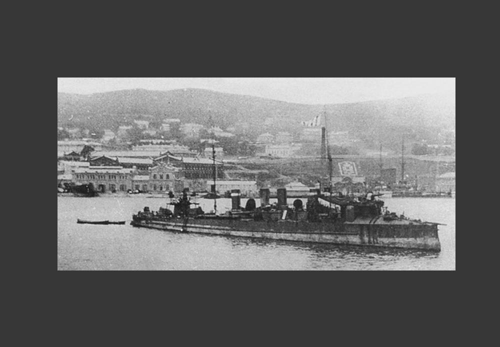 対馬沖海戦(日本海海戦)後のウラジオストク市の「グロズヌイ」(市に到達できた3隻のうちの1隻)