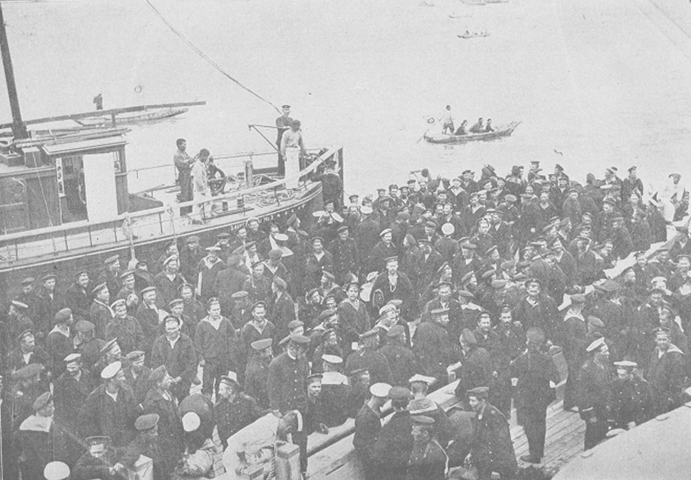 日本の戦艦「朝日」に乗る戦艦「オリョール」のロシア人船員捕虜