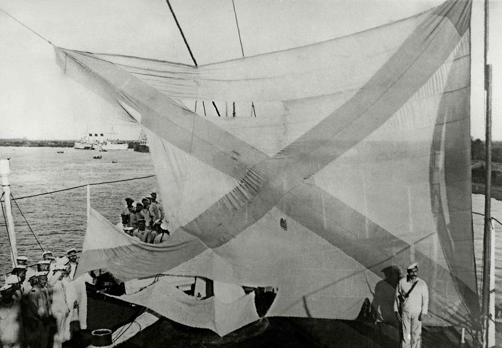 対馬沖海戦(日本海海戦)後の一等防護巡洋艦「アヴローラ」の船尾旗