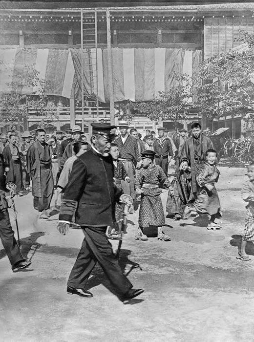 「連合艦隊」の東郷平八郎司令長官が、日露戦争(1905年)の対馬沖海戦(日本海海戦)で勝利した後、東京の神社に向かう