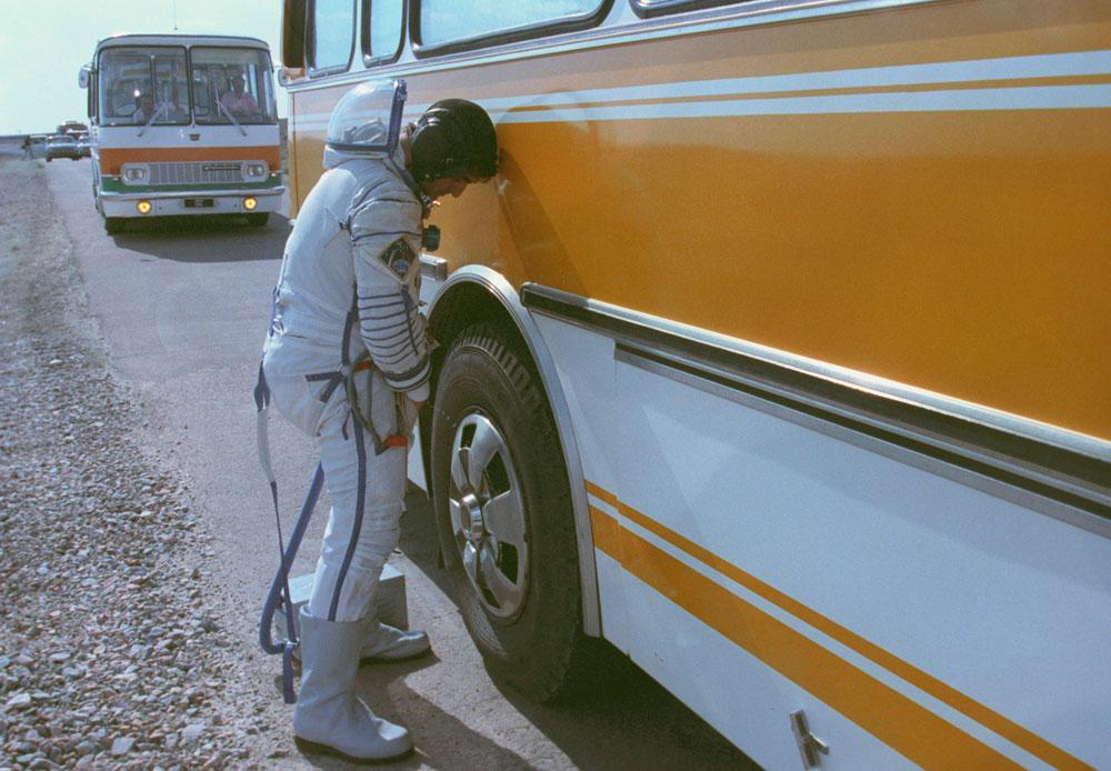 バイコヌール宇宙基地のもっとも風変りなならわしは、打ち上げ場所に向かうバスの車輪に尿をかけるというもの。