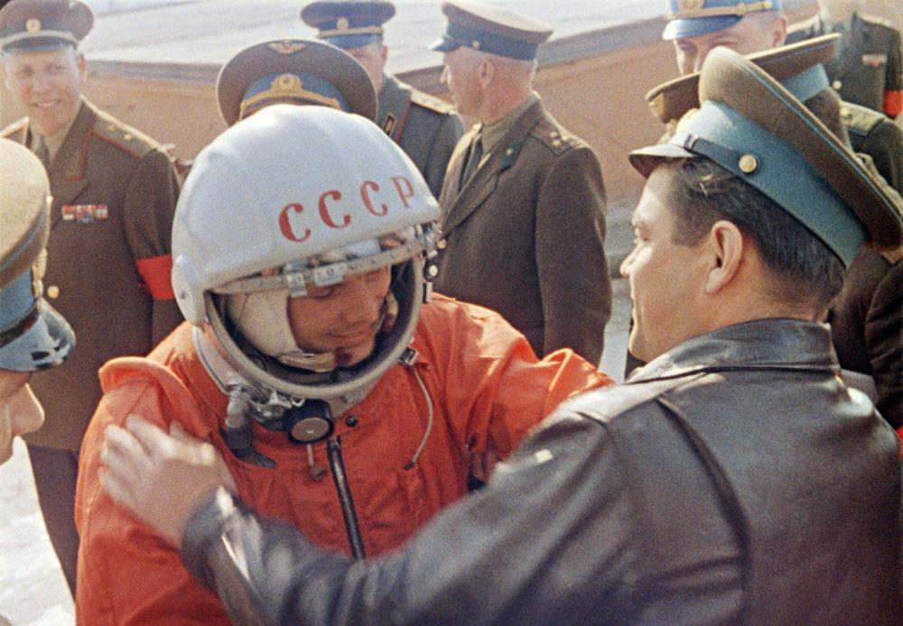 1961年、カザフ共和国バイコヌール宇宙基地。初の宇宙飛行士ユーリ・ガガーリンが出発する前。