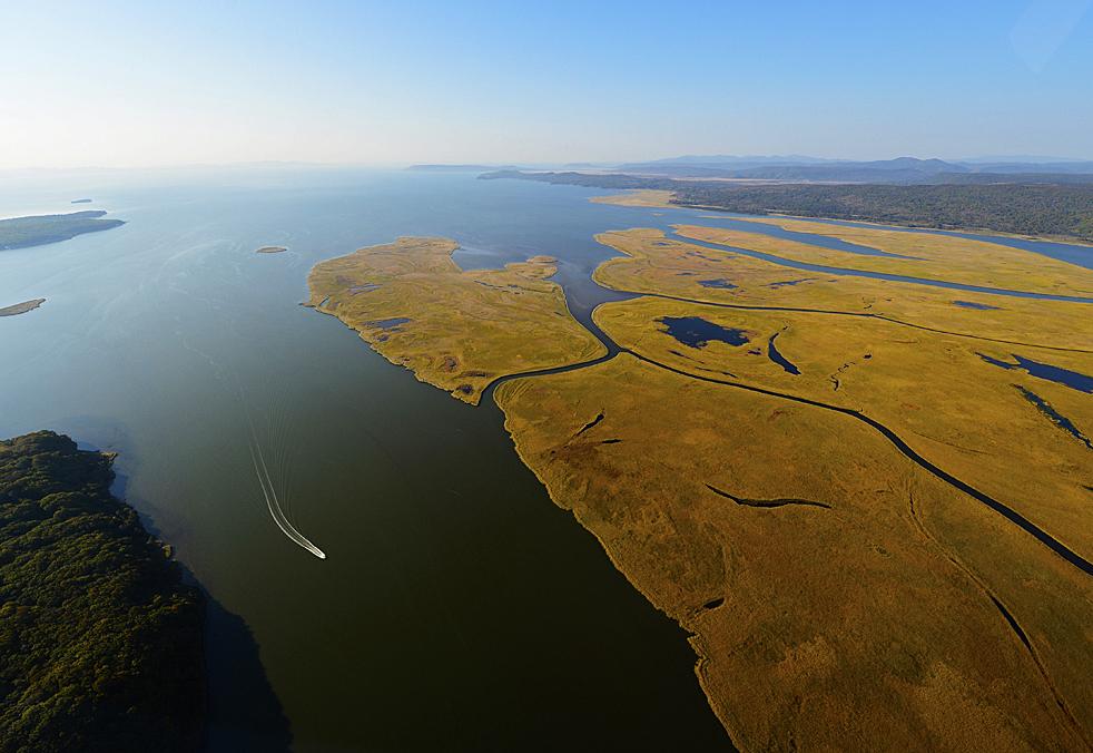 Dieser Teil Russlands liegt an der Grenze zu solchen asiatischen Ländern wie Nordkorea, China und Japan. Wenn Sie mit einem Hubschrauber fliegen, bekommen Sie eine tolle Aussicht auf unberührte Natur, neugebaute Brücken, Leuchttürme und Täler, Flüsse und verborgene Buchten.