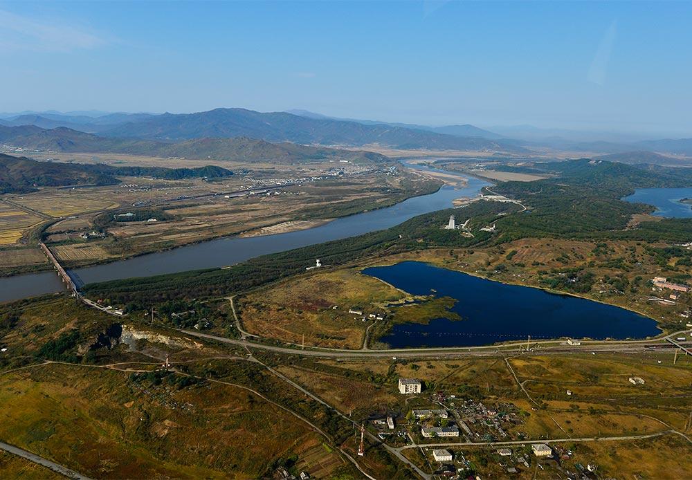 """Hier grenzt Russland an China. Der Fluss Tjumen dient hier teilweise als Grenzlinie zwischen China, Nordkorea und Russland. Merken Sie sich, dass es nur eine einzige """"Freundschaftsbrücke"""" gibt, die ihn überquert. Sie wurde 800 Meter von Chasan-Station entfernt gebaut, in einem gleichnamigen Dorf, das gleichzeitig eine letzte russische Ortschaft an der Grenze mit China ist."""