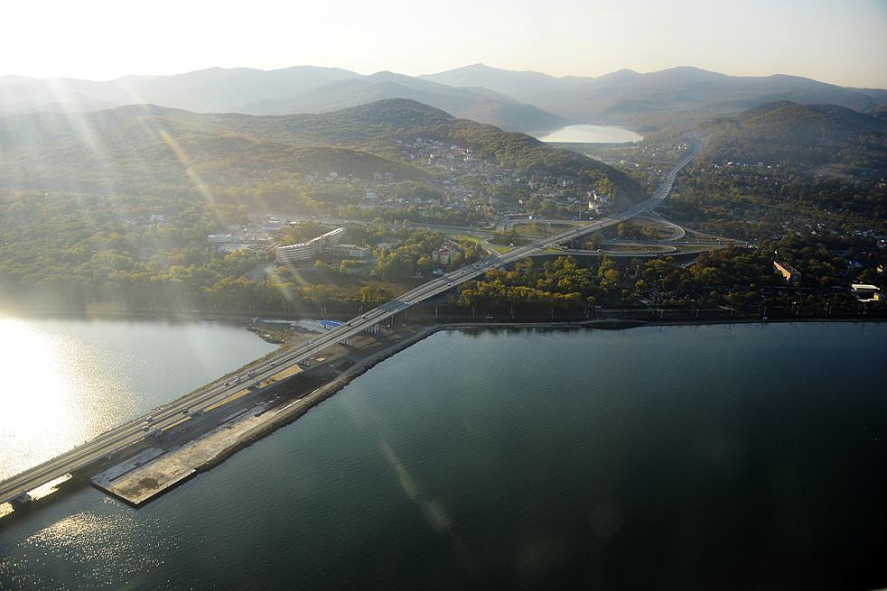 Eine andere Brücke heißt Niskovodnyj. Sie spannt sich ganz niedrig über das Wasser und verbindet zwei Ufer einer Bucht.