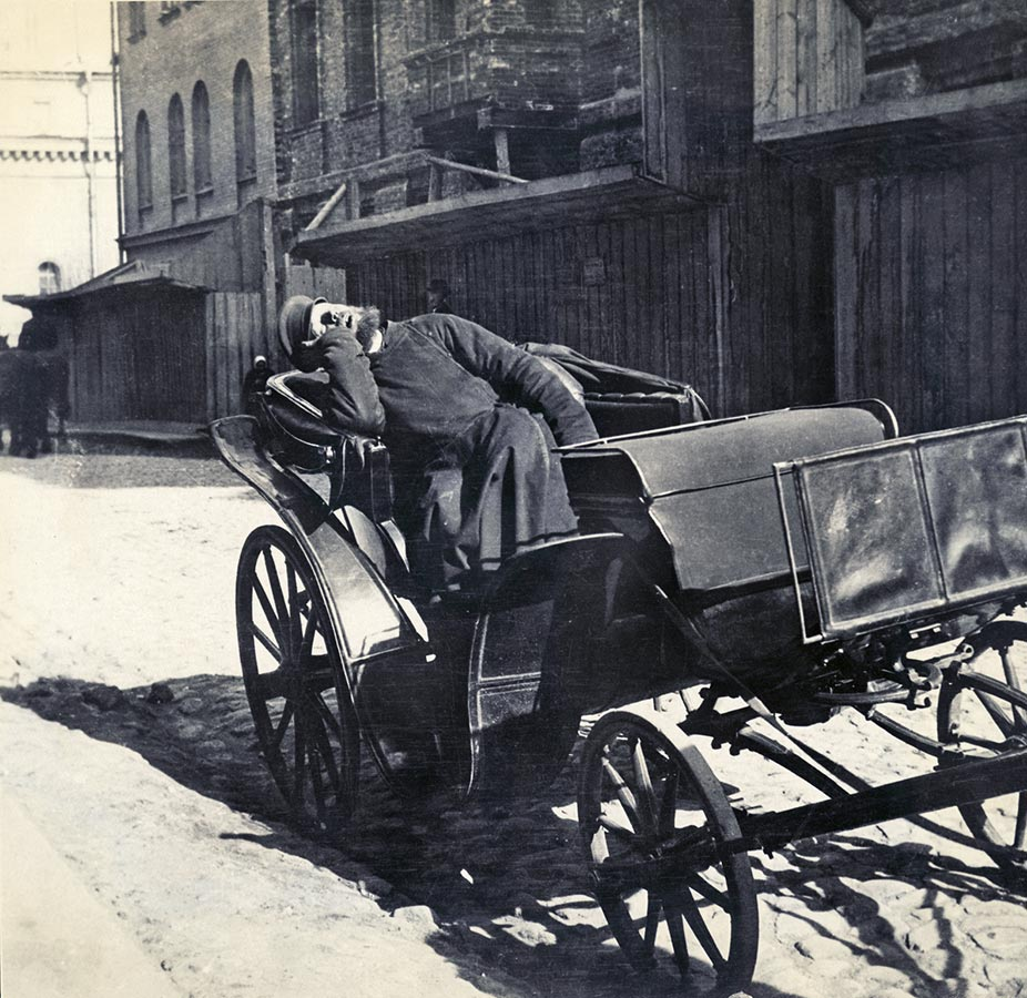 The earliest transport in Moscow was the traditional horse-drawn carriage. They were mostly driven by peasants coming to the city for winter to earn money. During the summer, they were back farming.