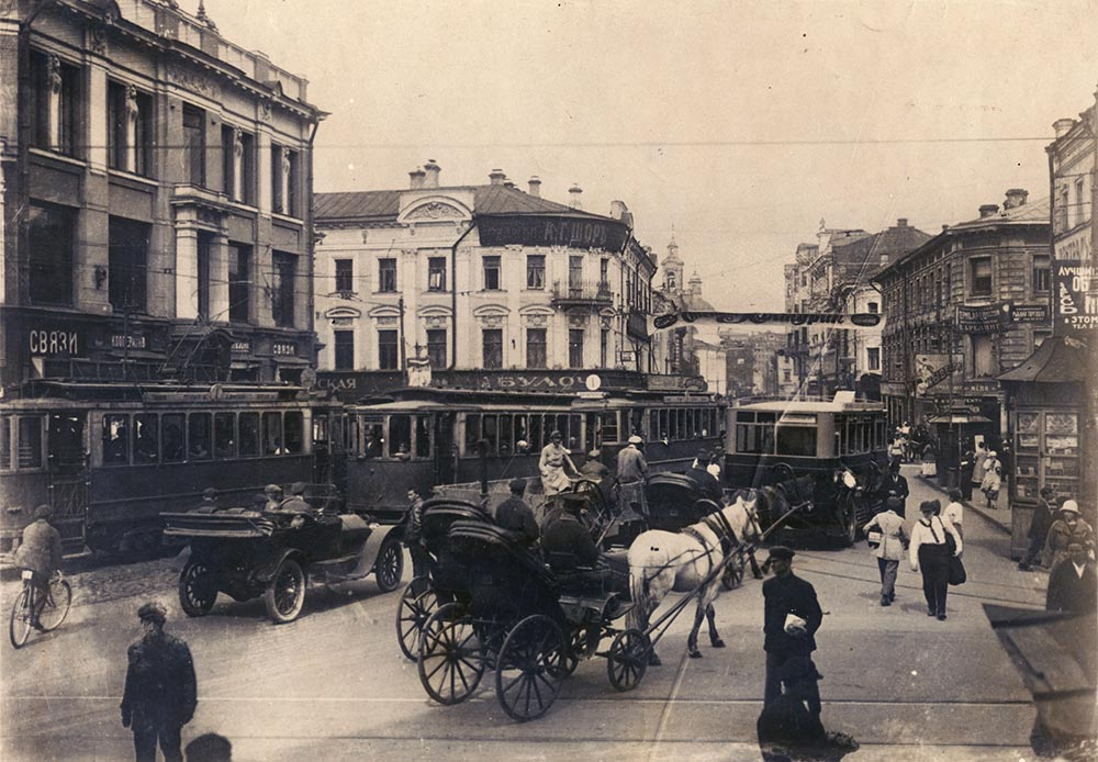 The city needed trams, and they first appeared in 1899. To begin with, they simply followed the tracks used by horse-drawn rail cars. But in the 1920s they became more popular and faster.