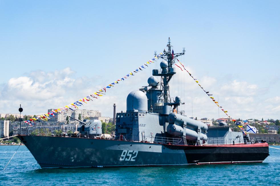 """Черноморският флот е базиран в Севастопол в Крим. // Проект 1241/ П-109 """"Бриз"""" (име по НАТО """"Тарантул"""") е клас съветски ракети. В края на 1970-те г. руснаците осъзнават необходимостта от по-голям кораб с по-добро оръжейно оборудване и по-високо позиционирани въздушни радари. В началото на 1990-те г. индийските военноморски сили плащат близо 30 милиона долара на брой, за да произвеждат по лиценз """"Тарантул-I"""". С над 30 продажби на експортния пазар """"Тарантул"""" е сред сравнително големите успехи на руската корабостроителна индустрия."""
