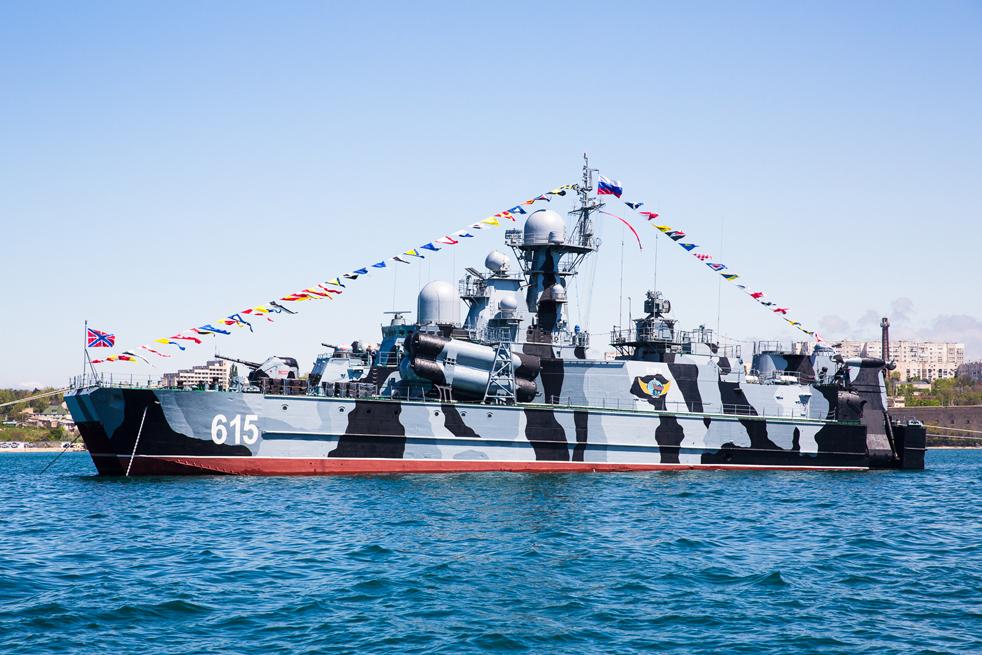 """Черноморският флот е основан през 1783 г., след като Крим става част от Руската империя. Първата придобвка на флота е Ахтиарският залив, разположен на югозападния бряг на Кримския полуостров. Тук е основан гр. Севастопол. // Ракетоносецът на въздушна възглавница клас """"Бора"""" на Руските военноморски сили (име по НАТО """"Дергач"""") е един от няколкото вида военни надводни кораби, построени специално за бойни действия по море, а не за десантски или транспортни цели. Обозначението му в съветските и руски военноморски сили е """"Проект 1239""""."""