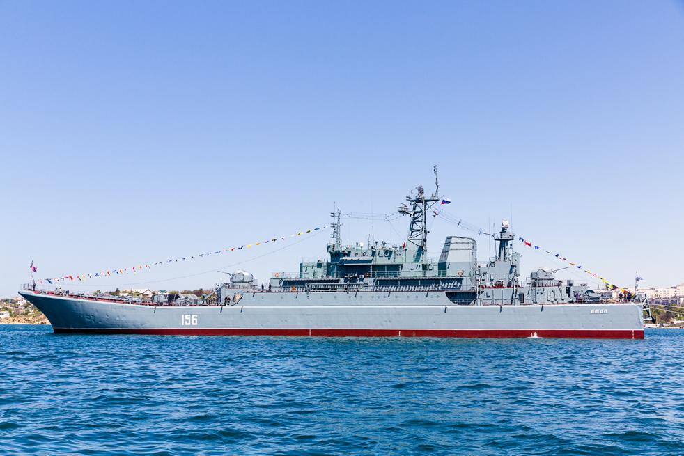 """Проектът """"775 Ропуча"""" (Жаба) за десантни кораби в Руските военноморски сили е """"голям десантен плавателен съд"""". Те са проектирани за десант на плажове и могат да превозват товар с тегло 450 тона."""