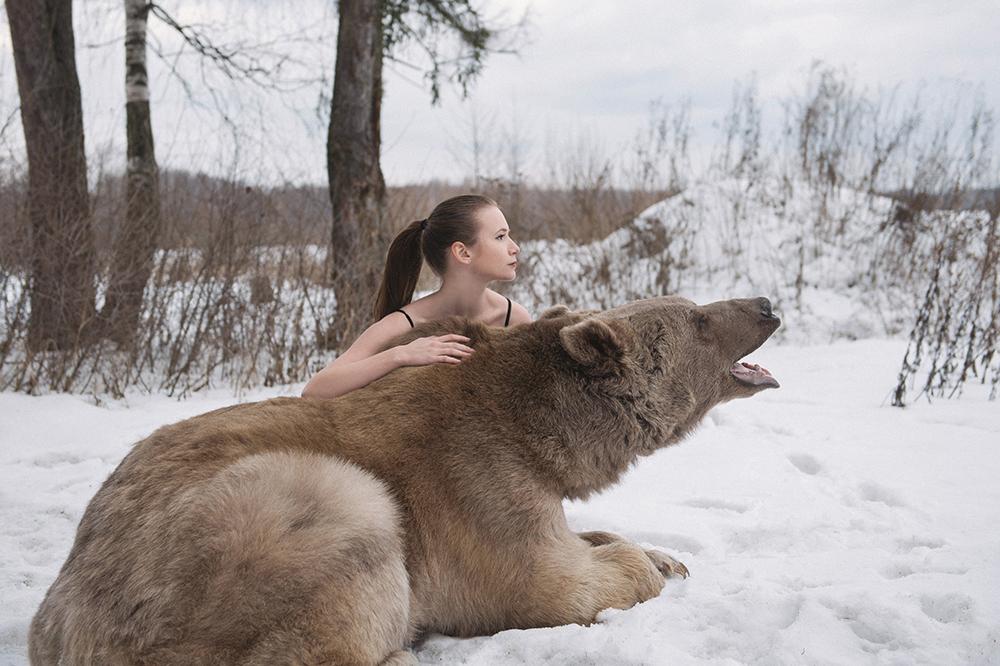 Olga Barantseva, une photographe russe, a récemment connu le succès grâce à une séance photo avec deux beautés russes et un ours de 700 kg prénommé Stépan, qui s'est déroulée dans une forêt russe enneigée : les deux jeunes femmes ont posé dans les bras d'un gentil ours. Il se trouve qu'Olga n'a pas travaillé uniquement avec des ours.