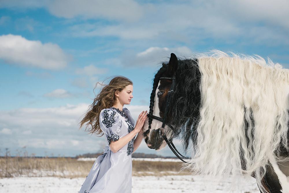 «  Le tinker est une race de chevaux très rare et très belle. Ils semblent être sortis droit d'un conte de fées, en photo, c'est de la magie instantanée.  Il y avait beaucoup de vent, donc sa crinière avait l'air encore plus chic ».