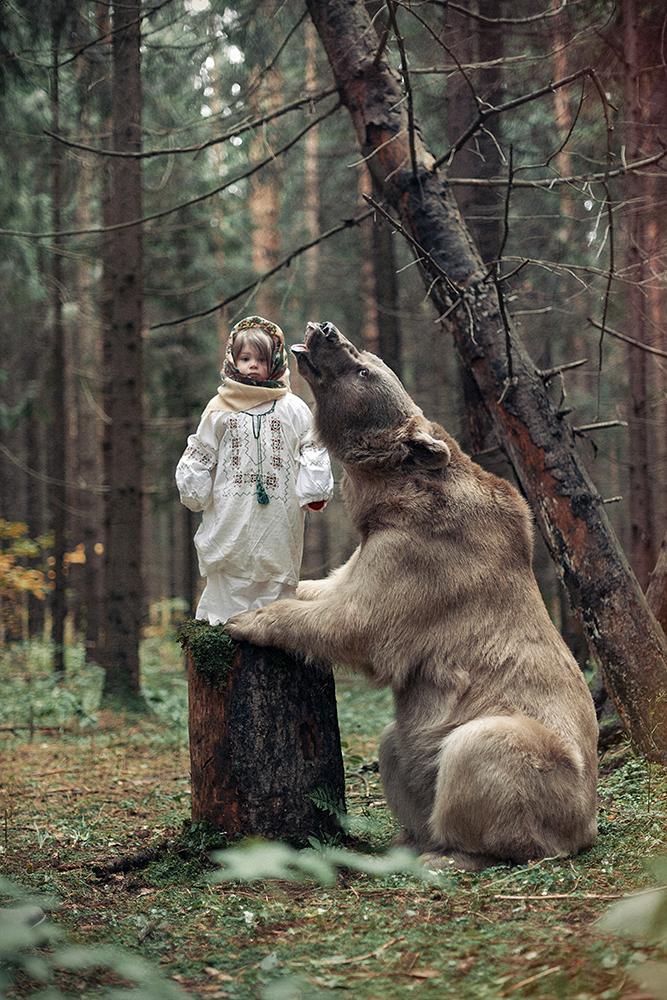 « Je crois que la séance photo avec l'ours est encore la plus insolite que j'ai jamais faite. Il est impossible d'exprimer le sentiment qu'on a lorsqu'on est à proximité d'un animal gentil et aussi massif. Ce n'était pas difficile de travailler avec lui : c'est un vrai artiste et un professionnel, et il comprend et fait ce que son propriétaire lui demande ».