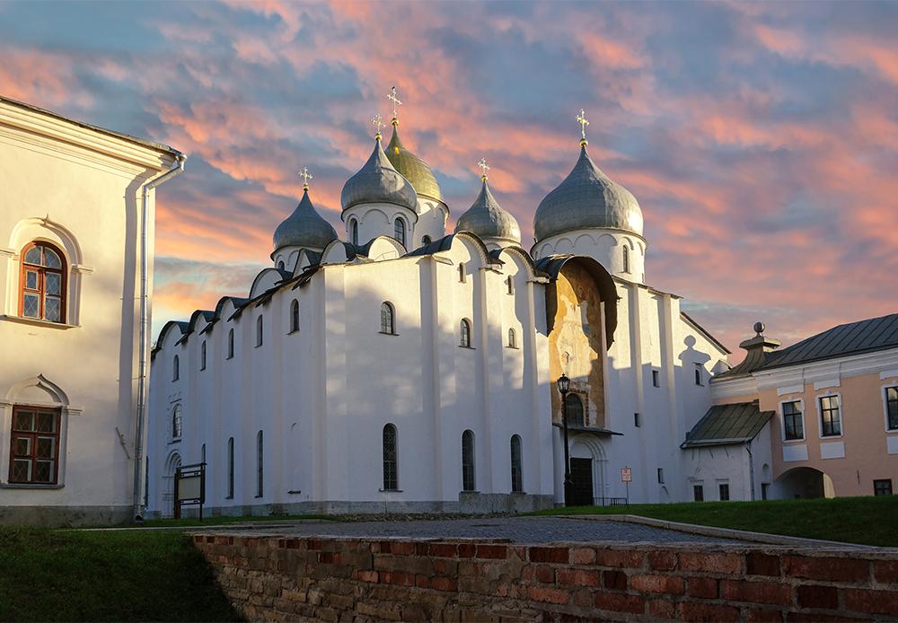 Russland ist voller interessanter Orte, die einen Besuch wert sind. RBTH hat zehn der malerischsten Kirchen und Klöster Russlands ausgewählt. Die erste ist die  Sophienkathedrale in Weliki Nowgorod, die älteste Kirche Russlands (1045-1050).