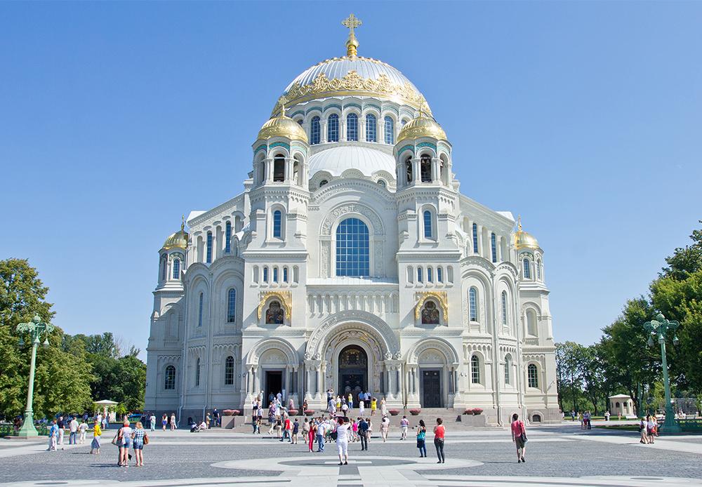 Die rekonstruierte Nikolaus-Marine-Kathedrale in Kronstadt ist zur Zeit die wichtigste Sehenswürdigkeit für Touristen in der Inselstadt Kronstadt. Sie wurde 1913 von dem Architekten Wassili Kosjakow im Neobyzantinischen Stil erbaut und repräsentiert die Größe der Baltischen Flotte.