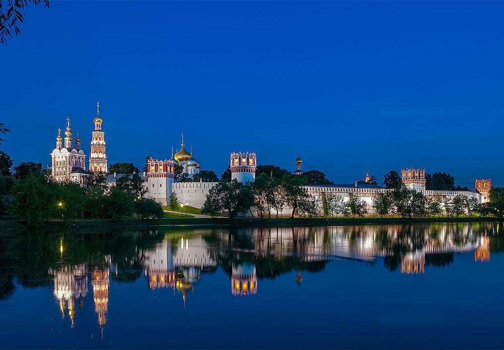 Das Nowodewitschi-Kloster  ist eines von Moskaus schönsten architektonischen Denkmälern, es wurde 1524 gebaut. Es befindet sich auf einer Art Halbinsel und ist an drei Seiten von dem Fluss Moskwa umgeben. Das Kloster besteht aus 14 einzelnen Gebäuden, darunter Wohngebäude, Verwaltungsgebäude, Glockentürme und Kirchen.