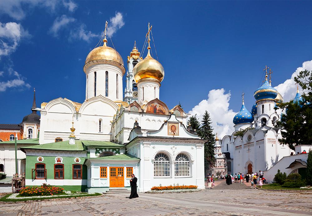 Das Dreifaltigkeitskloster  befindet sich 70 km nordöstlich von Moskau in Sergijew Posad, es wurde 1337 gegründet. Das Kloster ist das spirituelle Zentrum der russisch-Orthodoxen Kirche und dort leben mehr als 300 Mönche.