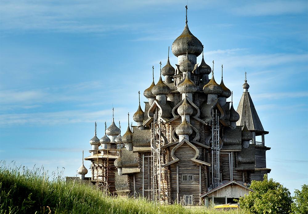 Einer der russischen Einträge in der Liste des UNESCO-Weltkulturerbes ist  Kischi Pogost auf der Insel Kischi in Karelien. Es besteht einfach aus einer eingezäunten Kirche und einem Friedhof. Auf der Insel befinden sich zwei große Kirchen (im 18. Jahrhundert erbaut), beide sind originale Beispiele für orthodoxe Holzarchitektur. Jedes Gebäude dort wurde ohne Nägel gebaut.