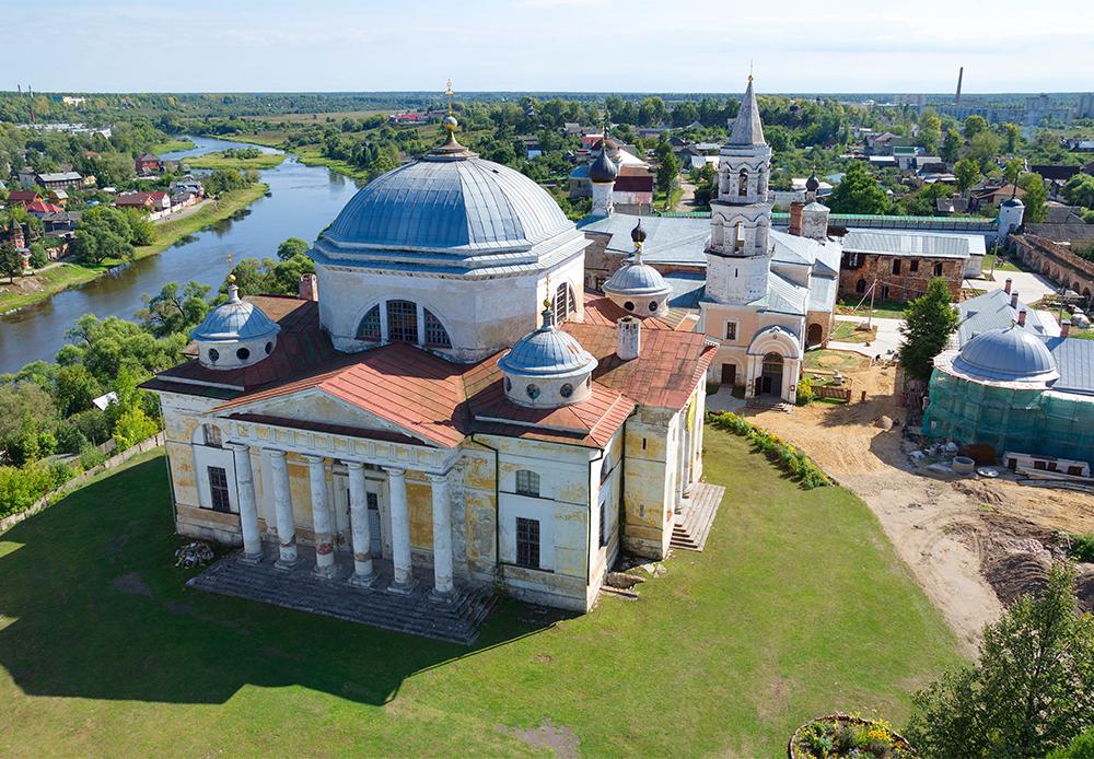 Das Boris-und-Gleb-Kloster  in Torschok wurde 1038 von dem adligen Ephrem gegründet, in etwa zu derselben Zeit wie das Kiewer Höhlenkloster. Die Kosterhügel bieten einen der schönsten Ausblicke des ganzen Landes auf eine antike russische Stadt.