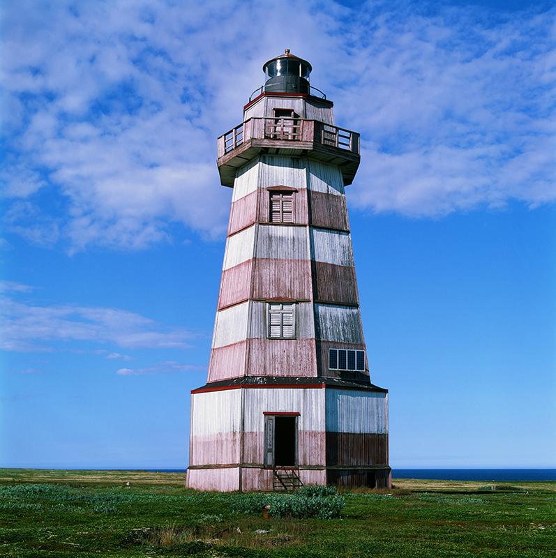 """Le mot """"phare"""" est apparu quand seuls les repères naturels étaient utilisés pour la navigation, en générale des falaises ou des caps proéminents. / Phare sur l'île de Veshniak en Mer Blanche. Cette île est surnommée le « cimetière de navires », car elle a causé un nombre record de naufrages en Mer Blanche."""