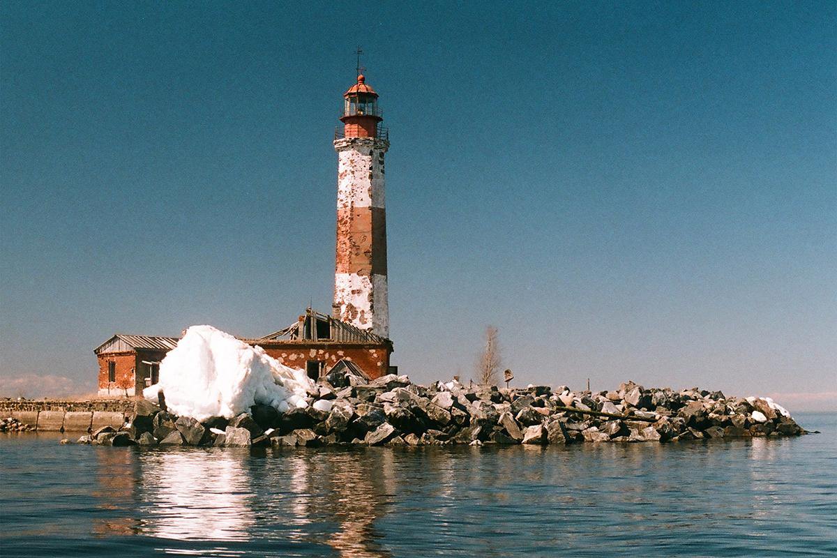 Le club Nature de Russie voyage dans le Grand Nord russe à pied, en moto et en yacht. Ensuite, ils transforment leurs voyages en expositions photos dédiées à la nature russe. / Phare sur l'île de Soukho