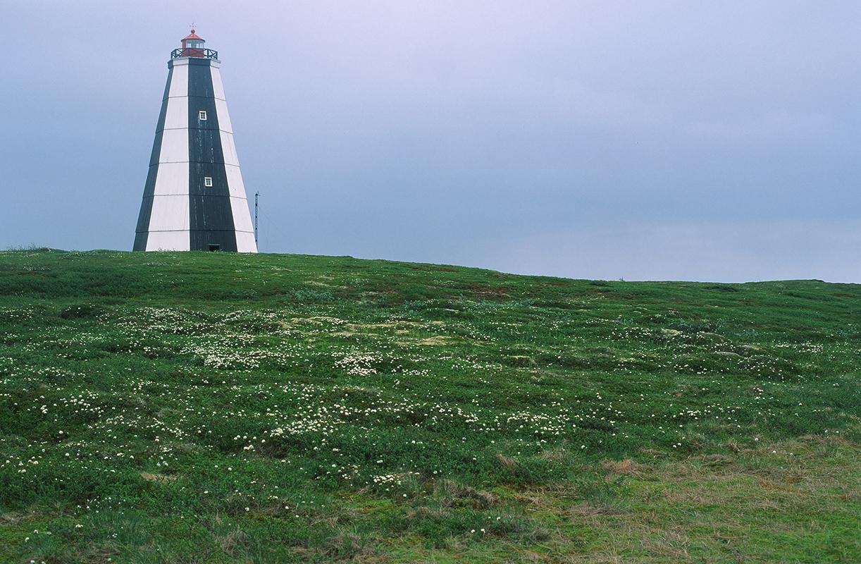 Les cartes maritimes et plans de navigation autour des falaises étaient transmis de génération en génération. / Phare Nikodimskiy, rivage Terskiy en Mer Blanche