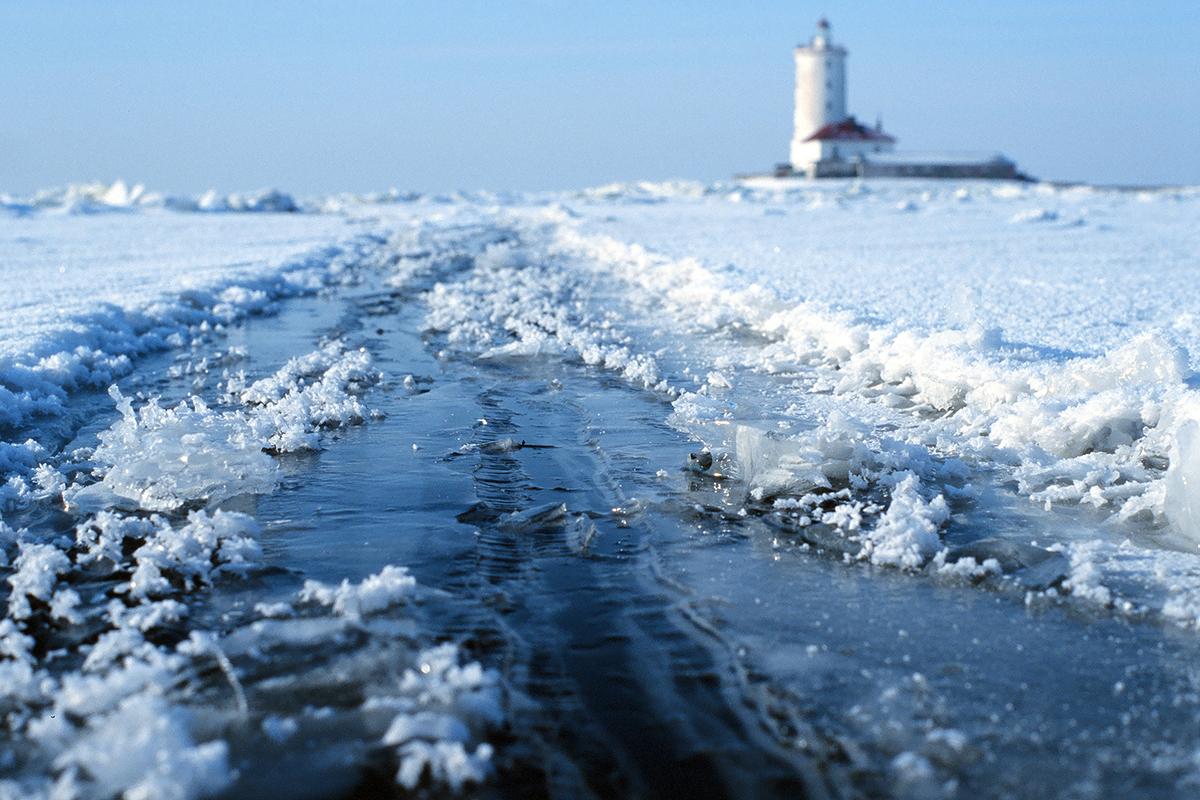 Les phares modernes ont été introduits en Russie sous Pierre le Grand (1682-1721). Quand Saint-Pétersbourg a été fondée, le Phare de la forteresse Pierre-et-Paul fut allumé. Le développement de la marine russe et de nouvelles routes commerciales alla de concert avec la construction de phares en mers Blanche et Baltique. Le premier phare de Russie, le phare Tolboukhine, fut construit à cette époque. Il fonctionne toujours aujourd'hui. / Phare Tolboukhine