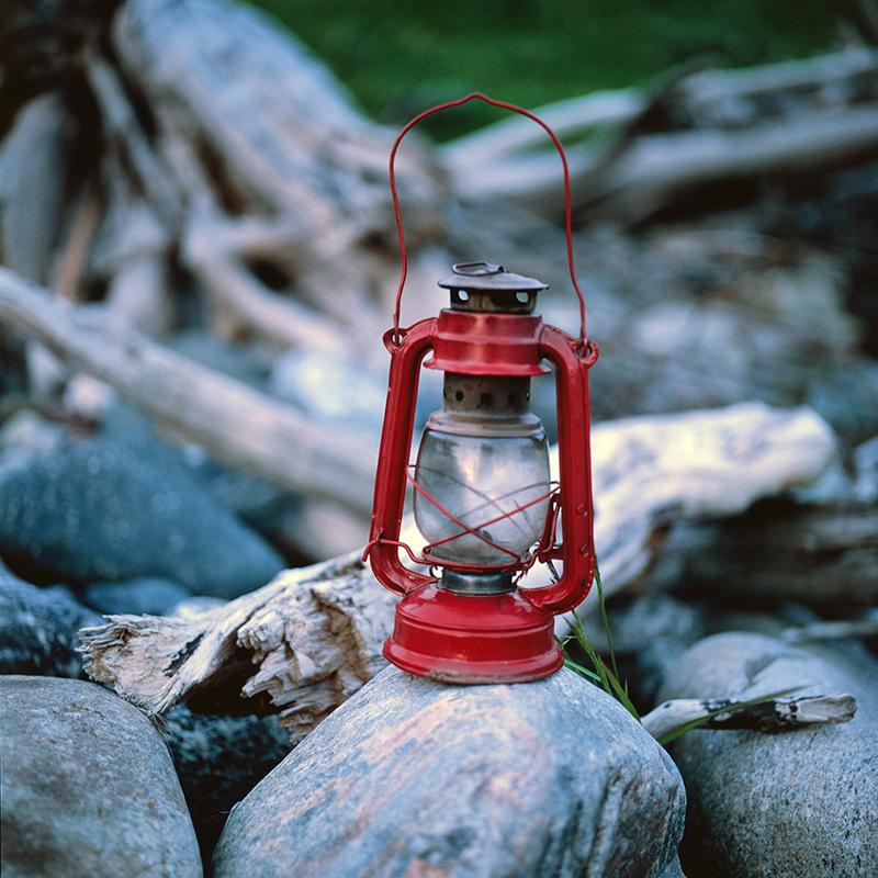 En 1807, le Tsar Alexandre Ier publia un décret ordonnant la mise en service de phares. 25 ans plus tard, des phares apparurent dans l'Extrême-Orient russe, sur les rives de la péninsule du Kamchatka, illuminant les frontières maritimes de l'Empire russe. / Une lampe près du phare Irberskiy