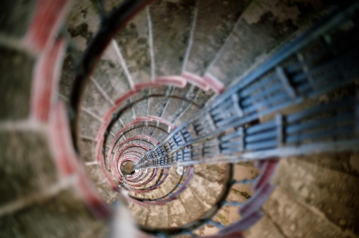 Laissées sans protection, les villages autour des phares souffrent du vol et du vandalisme, et sont même démantelés pour en faire du bois de chauffage. / Cage d'escalier dans le phare Ossinovets