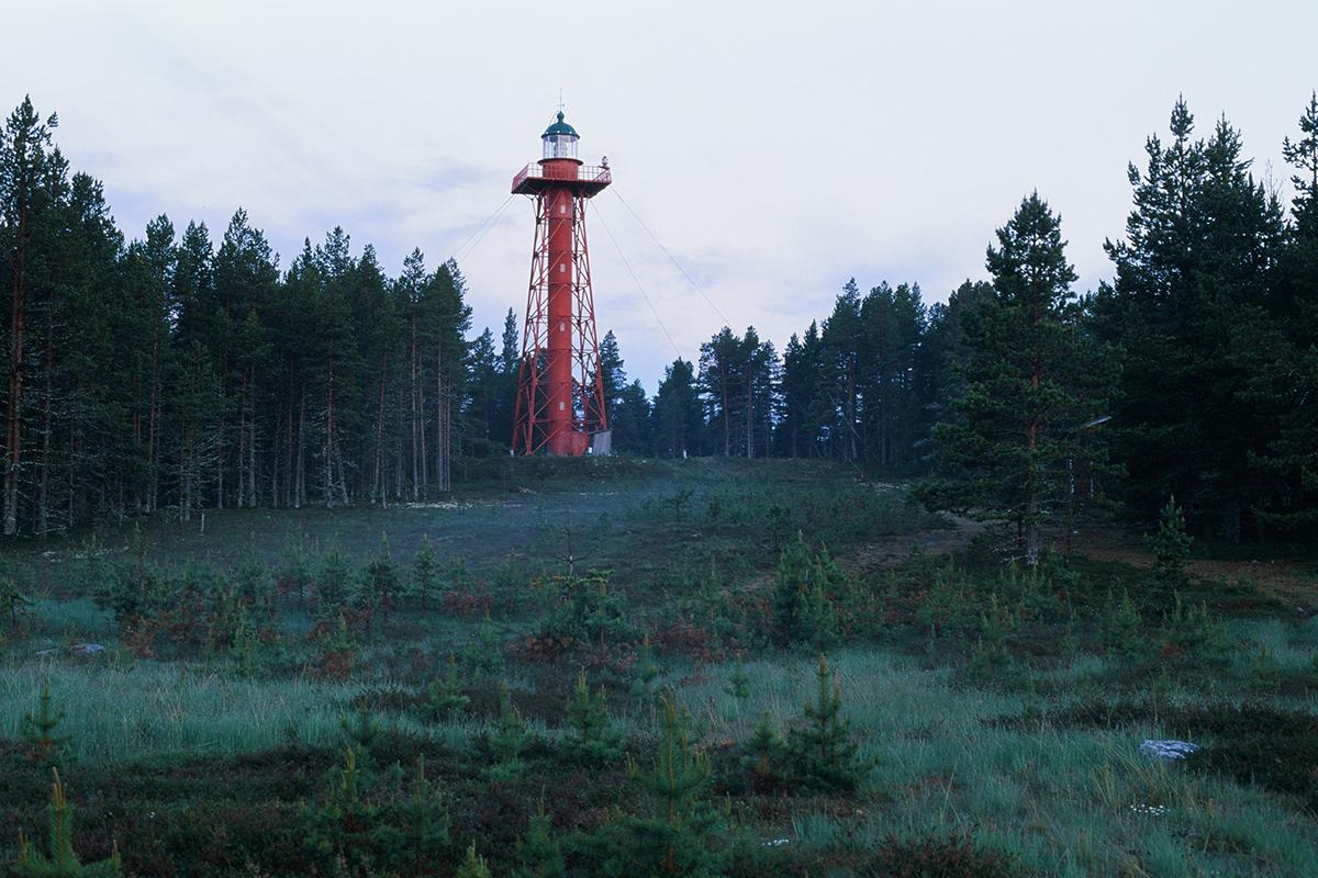"""L'exposition """"Phares du Grand Nord russe"""" est une chance de contribuer grandement à sauver les phares de Russie. Le club d'art et de voyage Nature de Russie organise des expositions de photographies et de dessins. Cet été (du 11 juin au 1er septembre), l'une d'entre elles se tiendra à Arkhangelsk. / Phare Joujmouïskiy sur l'île Bolchoï Joujmouï. Le gouvernement tsariste acheta ce phare en France au XIXe siècle. Maintenant, l'île est abandonnée, seul un petit village subsistant au pied du phare."""