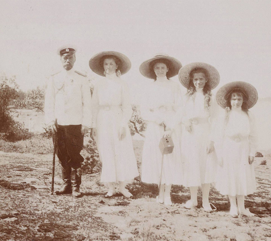 But in 1909 the imperial family resumed the trips. It became a ritual: the Romanovs traveled by train from Moscow to Sevastopol, where they were ceremonially welcomed by the head of the Navy and Sevastopol Fortress. Later they spent time on the family yacht Standard.