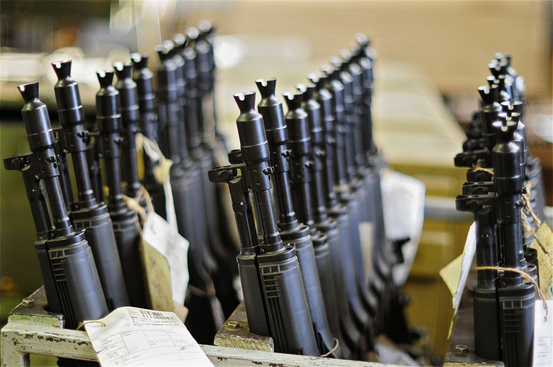 """3/10. Пушка АК-47, чија је масовна производња започета у ижевској фабрици, представљала је потпуно нову генерацију оружја. Аутомат """"Калашњиков"""" (AK-47) уврштен је међу најзначајније проналаске 20. века"""