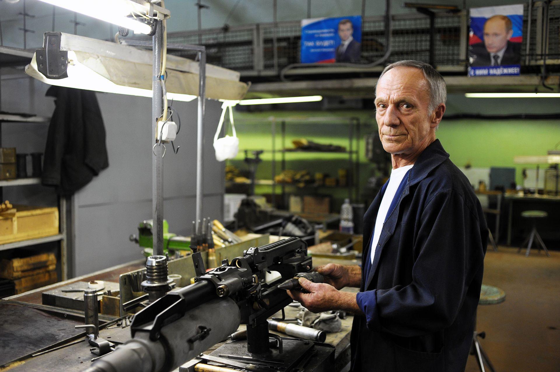 """10/10. Proizvodi fabrike """"Ižmaš"""" isporučuju se u 27 zemalja sveta, uključujući i SAD, Veliku Britaniju, Nemačku, Norvešku, Italiju, Kanadu, Kazahstan i Tajland. U avgustu 2013. godine preduzeća """"Ižmaš"""" i """"Iževska fabrika mehanike"""" ujedinila su se u koncern pod imenom """"Kalašnjikov""""."""
