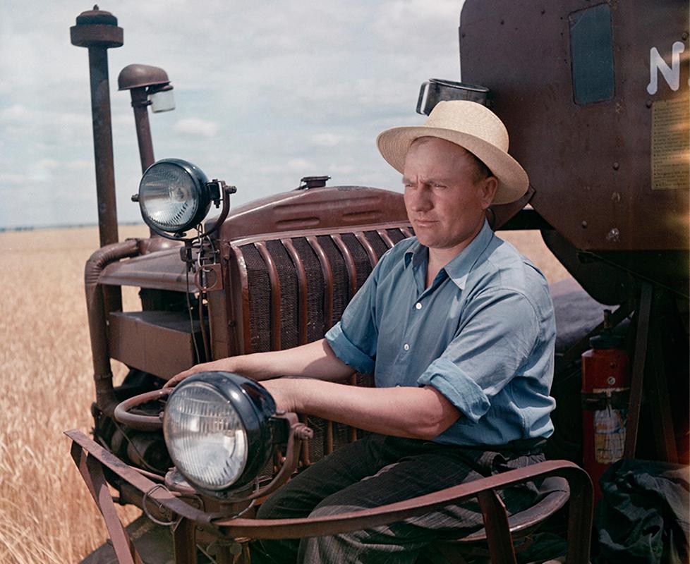 """1/12. Семјон Фридљанд је чувени совјетски фотограф. Његови радови обухватају како званичне фотографије које документују тадашње догађаје, тако и права уметничка дела – истинска чуда овог талентованог ствараоца иза објектива.""""У пољу"""""""