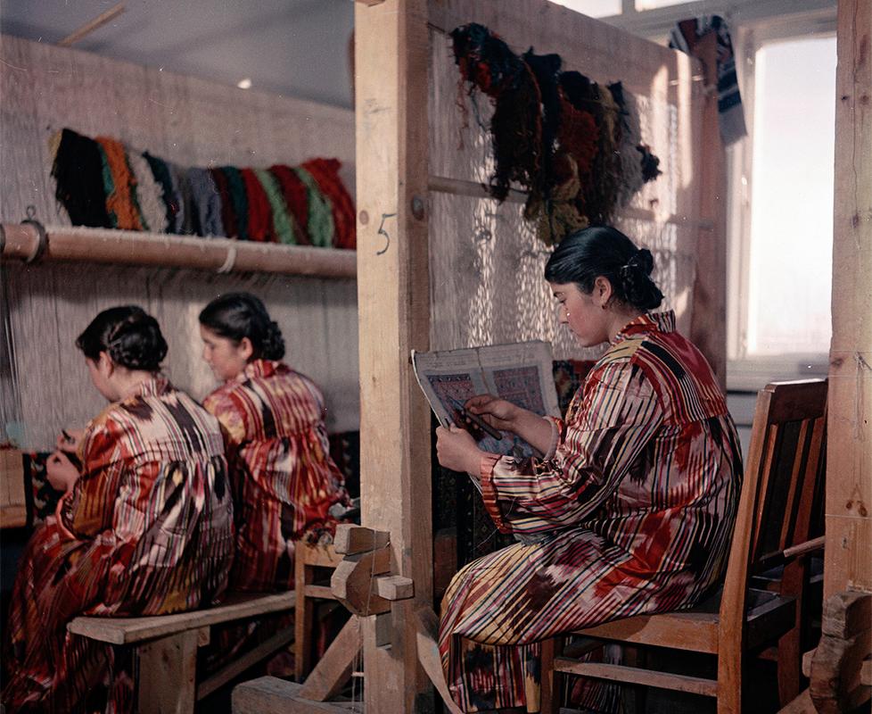 Тънкостите на узбекското тъкане на килими се учат в специални училища в Ташкент (сега столица на Узбекистан, бившата Узбекска съветска социалистическа република).