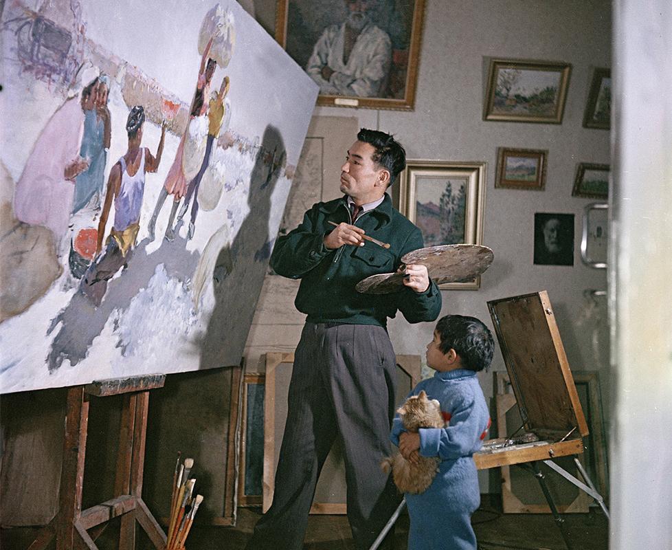 ソ連の写真家でカラー写真撮影の名人だったセミョーン・フリードリャンドによる2万点の写真が、デンバー大学のアーカイブで見つかった。/ アトリエの画家