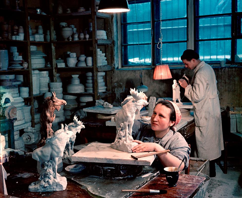 ロシアNOWは、働くソ連の人々をフィルムに収めたフリードリャンドの作品を集めてみた。その中には建設作業員、農場労働者や、絵を描いたりスタジオで歌を唄う人々の姿が捉えられている。/アトリエで