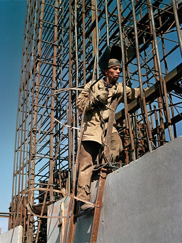 """7/12. Семјон Фридљанд радио је за бројне совјетске публикације, укључујући и часопис """"СССР у изградњи"""" и дневни лист """"Правда"""". Крајем тридесетих водио је Асоцијацију московских фоторепортера.""""На градилишту"""""""