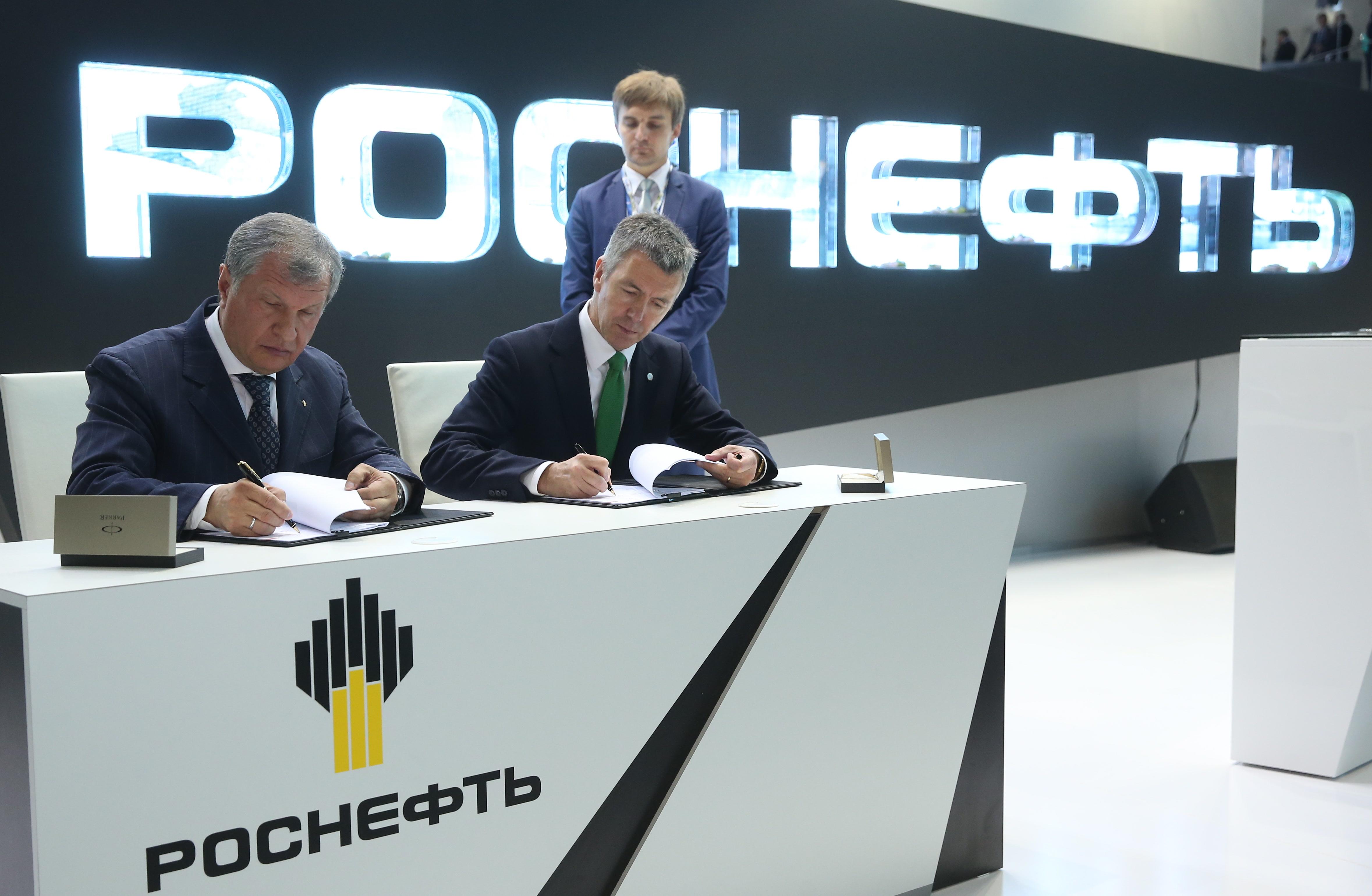 """Този форум ще се запомни със серията от преки контракти и споразумения, главни участници на които бяха """"Газпром"""" и """"Роснефт""""."""
