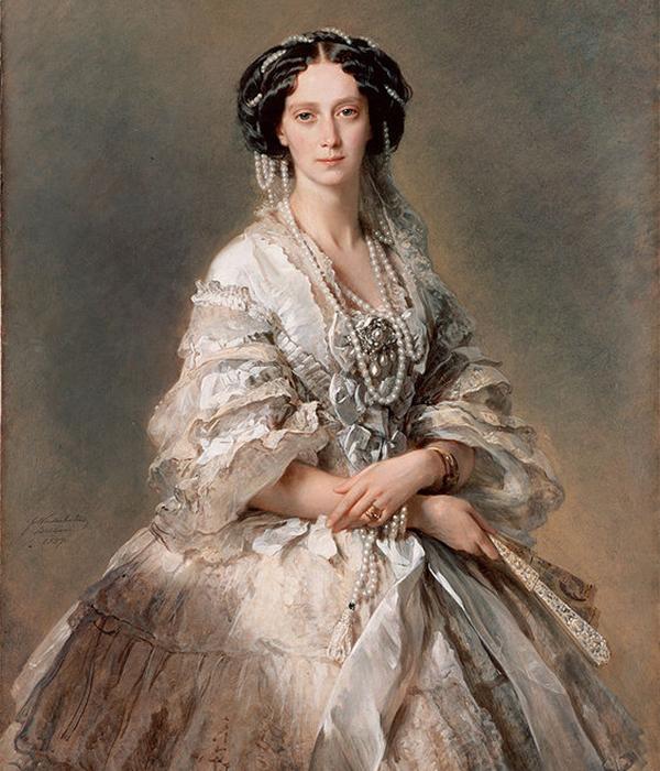 マリア・アレクサンドロヴナ (1824〜1880) は、ロシア皇帝アレクサンドル2世の皇后だった。ダルムシュタットで生まれた彼女の母親はヘッセン大公女ヴィルヘルミーネだった。/ マリア・アレクサンドロヴナ皇后の肖像画、フランツ・ヴィンターハルター、1857年。